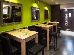 Vybavení restaurací a obchodů z masivu