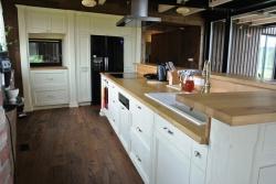 Vnitřní strana kuchyňského pultu s úložným prostorem
