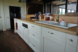 Smrková kuchyňská linka v dubovou pracovní deskou