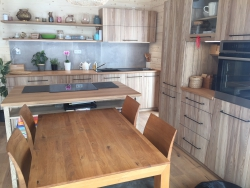 Jasanová kuchyně s dubovou pracovní deskou