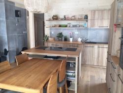Celodřevěný kuchyňský interiér